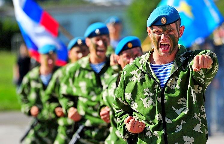 День ВДВ в Саратове: работающие фонтаны и прыжок начальника  УМВД из самолета